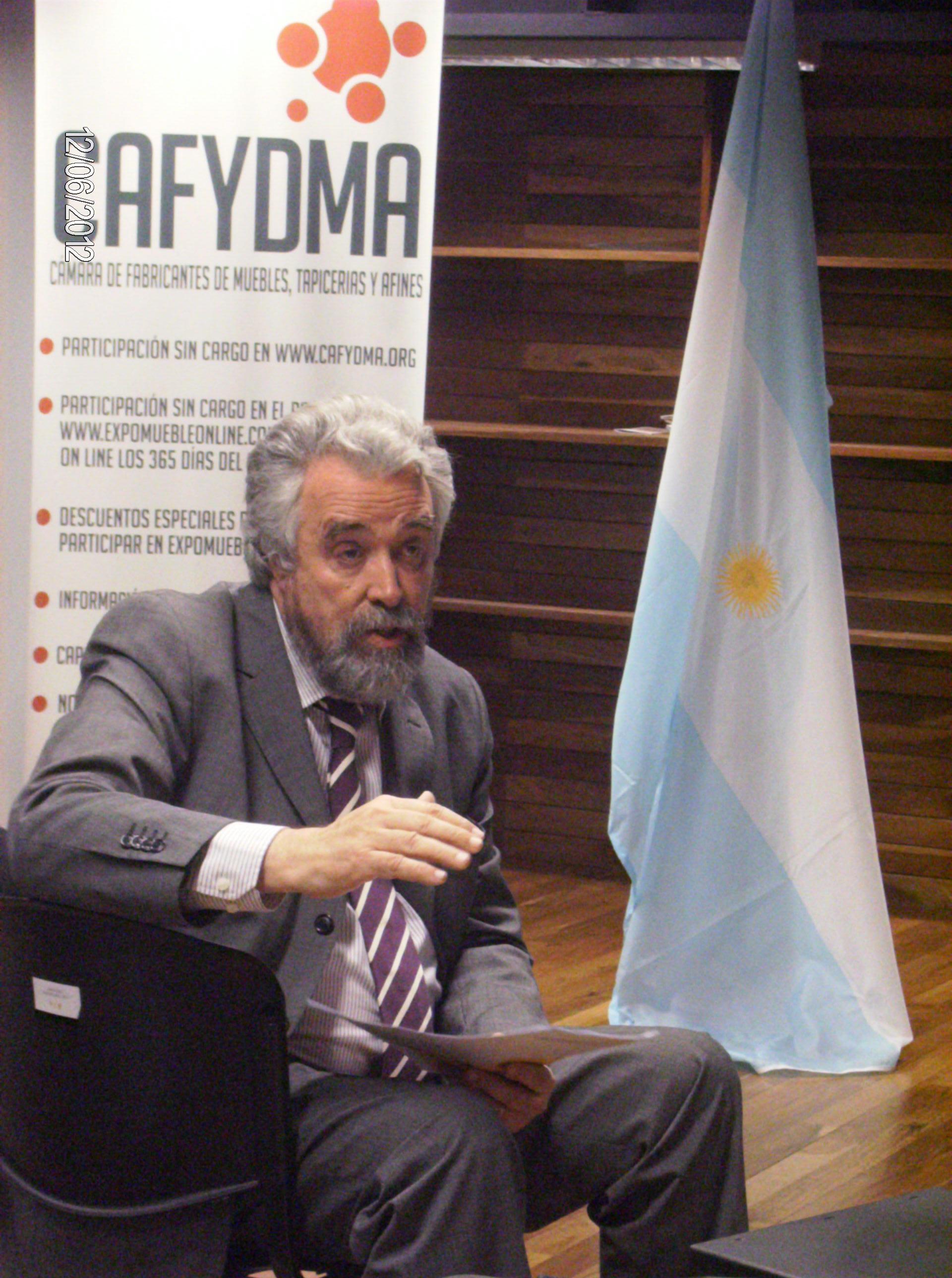 El Sr. Intendente de Moreno, Mariano West, explicando la importancia y los beneficios del Parque Industrial para los socios de Cafydma.