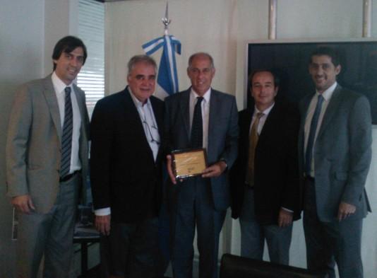 Sr. Fontelle y su equipo de dirección reciben el reconocimiento de CAFYDMA de la mano de Javier Vázquez y Juan Garat (Presidente y Gerente General de CAFYDMA)