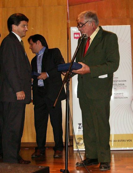 Lic. Pedro Etcheverry, de la firma Ferrum, división tableros Guillermina. (primero de la izq)