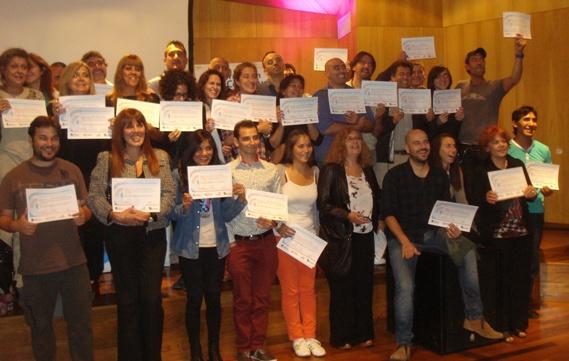 Alumnos felices recibiendo su certificados por los cursos gratuitos de CAFYDMA