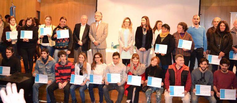 Entrega de certificados a los egresados de los cursos gratuitos de capacitación